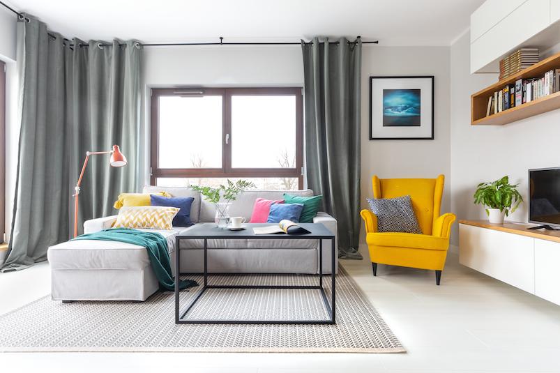 kolorowy salon w stylu skandynawskim