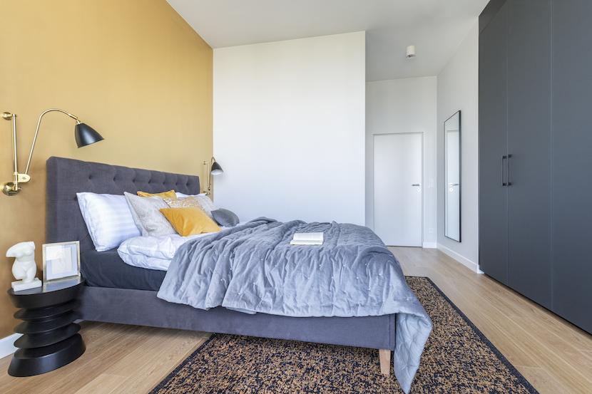 sypialnia złota ściana