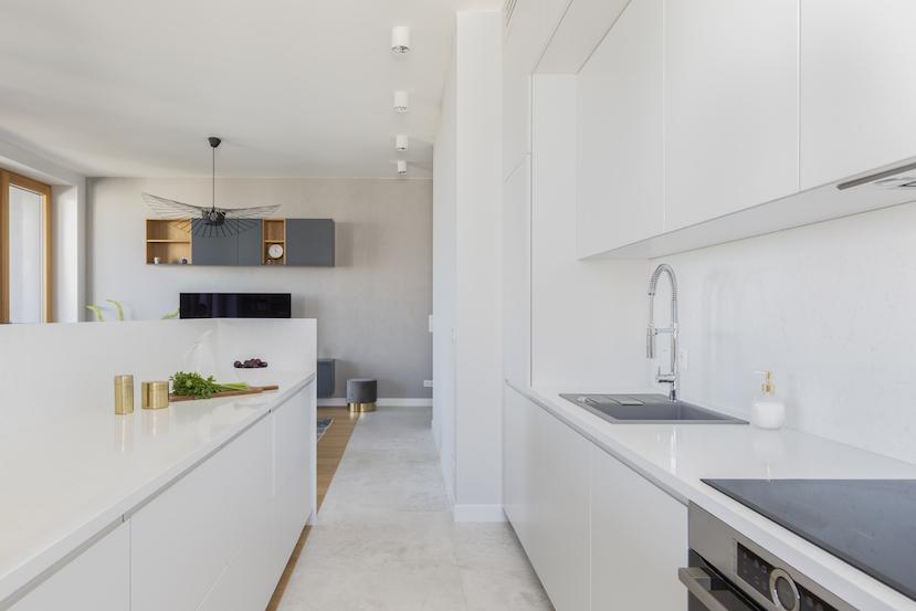 elegancka biała kuchnia z wyspą